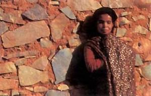 Djbel Sarhro versant soleil. Nomades pour la plupart, les pasteurs Aït Atta installent sur les hauteurs leur grande tente brune tissée en poils de chèvre, à côté des imizarh, ces petites constructions de pierres sèches recouvertes d'alfa (ici sur le plateau de Tizi n'Taggourt, à près de 1 800 mètres d'altitude). Quelques uns d'entre eux sont sédentarisés comme ces bergers du village de Hanedour près de Nkoub, à une centaine de kilomètres à l'est de Ouarzazate sur la route de Tazzarine. Photo : Pascal Kober