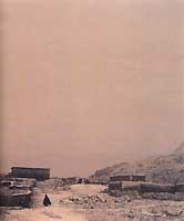 Vers 1 850 mètres d'altitude, à une vingtaine de kilomètres au sud de Boumalne, le village d'Imi n'Ouarg est entièrement poudré de blanc. Seuls quelques animaux et un petit lutin Aït Atta pelotonné sous son burnous à la capuche pointue accueillent cet événement climatique inattendu.
