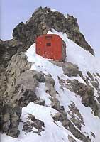 Abri fragile mais bienvenu, le refuge-bivouac de la Königspitze, dans le